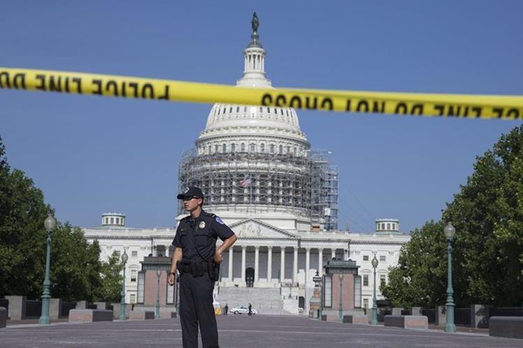 Un policía vigila junto al Capitolio de Washington, Estados Unidos que ha sido cerrado. (Foto Prensa Libre: EFE).