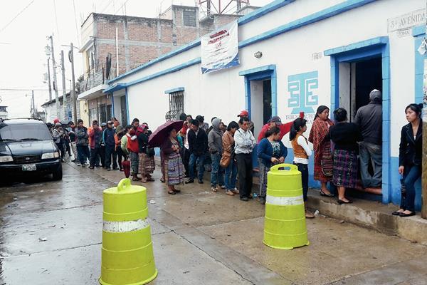 Vecinos de Santa Cruz del Quiché, Quiché, hacen fila para actualizar sus datos en el centro de empadronamiento habilitado por el TSE. (Foto Prensa Libre: Óscar Figueroa)