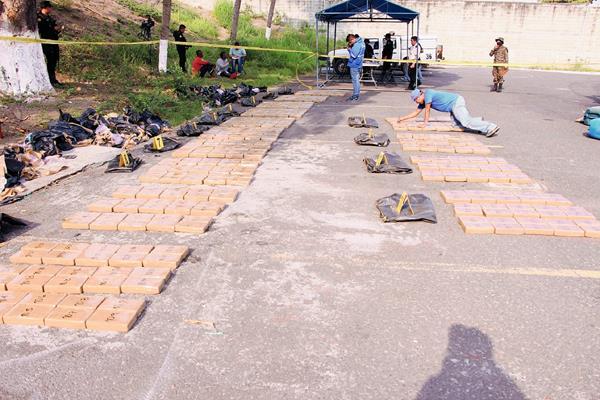 La droga fue llevada a la Base Naval del Pacífico, en Escuintla. (Foto Prensa Libre:)