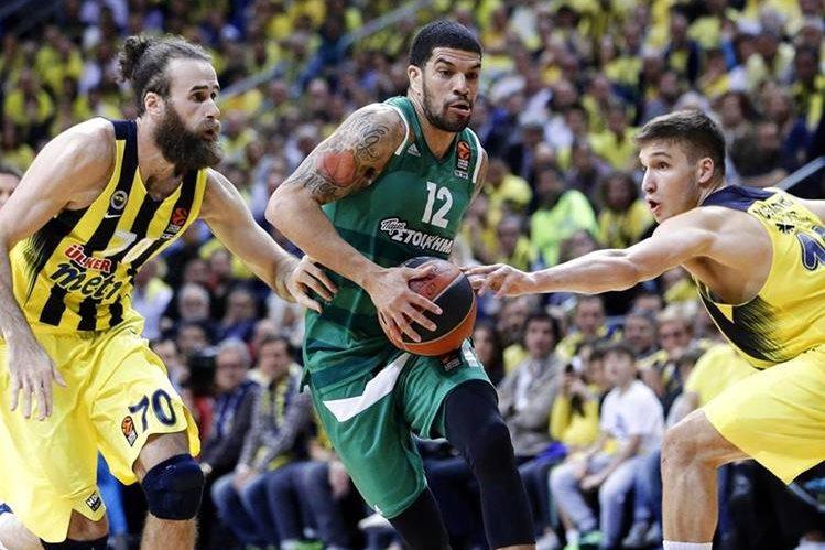 El jugador James Feldeine (c) de Panathinaikos en acción ante Luigi Datome (i) y Bogdan Bogdanovic (d) del Fenerbahce. (Foto Prensa Libre: EFE)