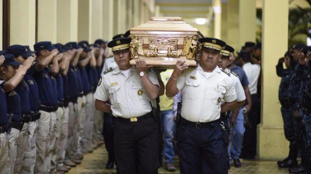 Tres policías murieron en ataques de pandillas.(Foto Prensa Libre: AFP/Johan Ordoñez)
