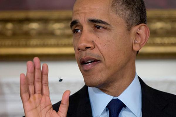 <p>El presidente Barack Obama trata de agitar a una mosca zumbando alrededor de su cabeza. (Foto Prensa Libre: AP)</p>