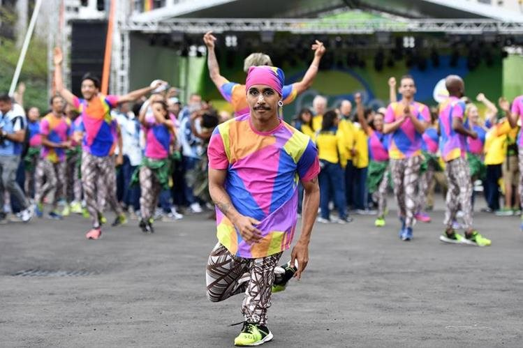 Todas las delegaciones que han arribado a Brasil han sido recibidas por grupos de bailarines, que también serán parte de los actos de inauguración del viernes. (Foto Prensa Libre: AFP)