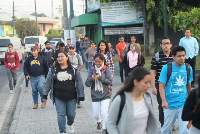 Estudiantes ingresan a la sede central de la Usac en zona 12, luego de que el grupo EPA ocupara las instalaciones por una hora. (Foto Prensa Libre: Erick Ávila)