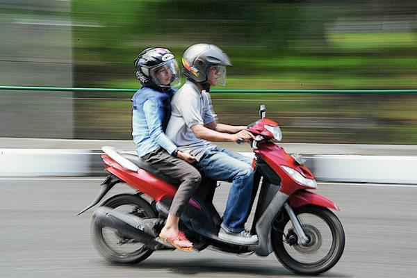 Un hombre y una mujer viaja en una moto en Aceh, de Indonesia (Foto Prensa Libre:AFP)