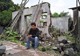 Antonio Ramírez decidió quedarse en Panabaj, recuerda a su familia fallecida a la vez que aún espera ayuda para salir adelante. (Foto Prensa Libre: Ángel Julajuj)