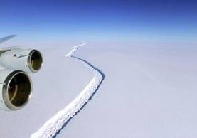 El iceberg Larsen C tiene 350 metros de espesor y, según los científicos, podría desprenderse. (Foto Prensa Libre;NASA).