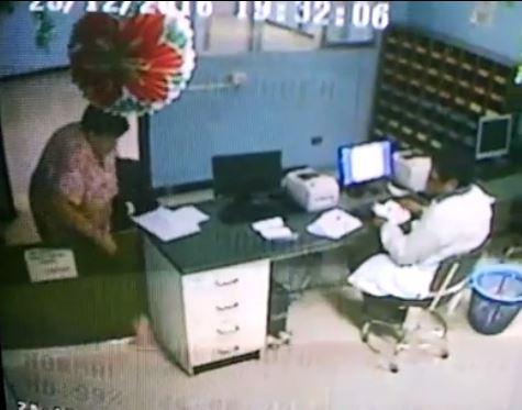 Imágenes de video muestran supuesta sustracción de medicamentos. (Fotos Prensa Libre: Facebook)