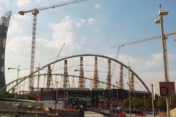 Khalifa Stadium, en Doha, continúa en construcción para el Mundial de Qatar en el 2022. (Foto Prensa Libre: AFP)