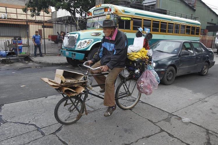 José Luis Paz, de 71 años, se dedica a la recolección de cartón y papel desde hace 15, con lo que contribuye con el sustento de su familia. (Foto Prensa Libre: Paulo Raquec)
