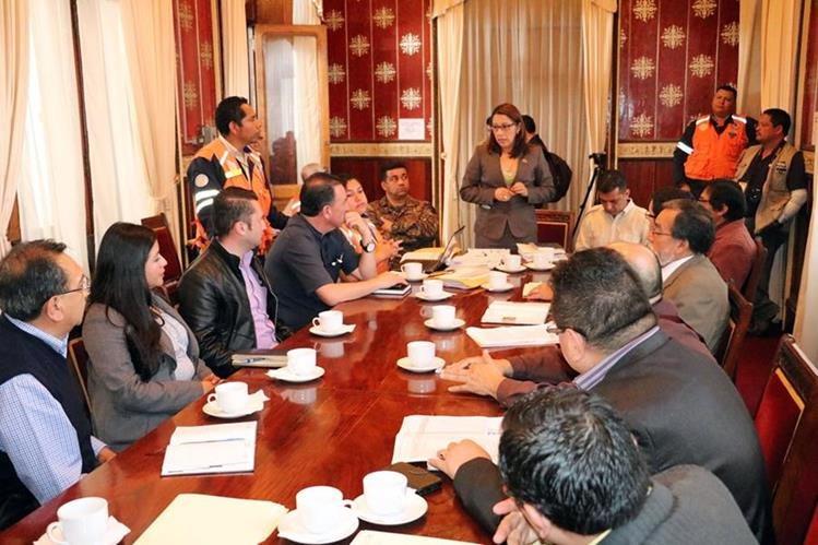 Representantes de distintas entidades se reúnen con la gobernadora de Quetzaltenango para analizar el regreso a clases. (Foto Prensa Libre: Carlos Ventura)