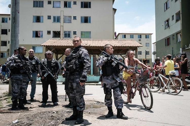 Patrullaje policial en la favela Ciudad de Dios en Río de Janeiro, Brasil, asediada por narcotraficantes. (Foto Prensa Libre: AFP)