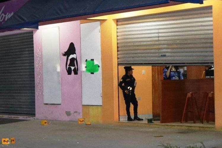 Personal del Ministerio Público, recolecta evidencias del ataque armado, donde murió un hombre y resultó herida una mujer.