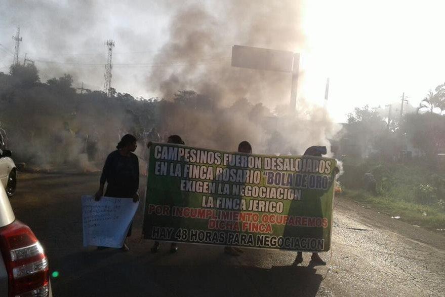 Inconformes bloquean km 212 de la ruta a suroccidente y exigen ser reubicados. (Foto Prensa Libre: Alexánder Coyoy)