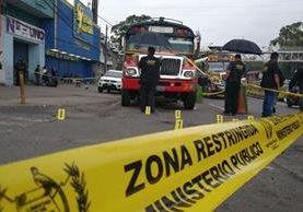 El ataque contra el autobús ocurrió en la Calzada Roosevelt y 2a avenida de la zona 7 capitalina. (Foto Prensa Libre: Érick Ávila)