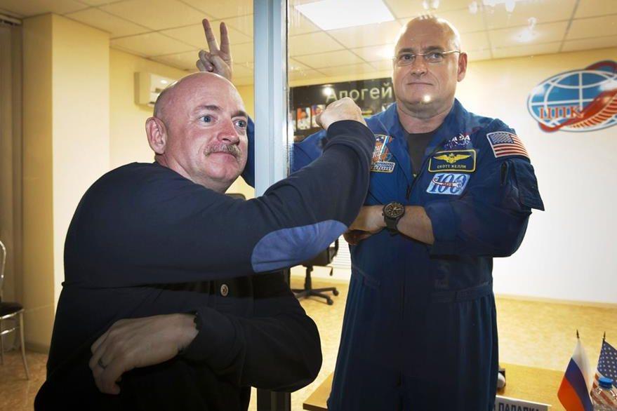 Scott Kelly (de pie) tiene previsto pasar un año en el Espacio. (Foto Prensa Libre: AP).