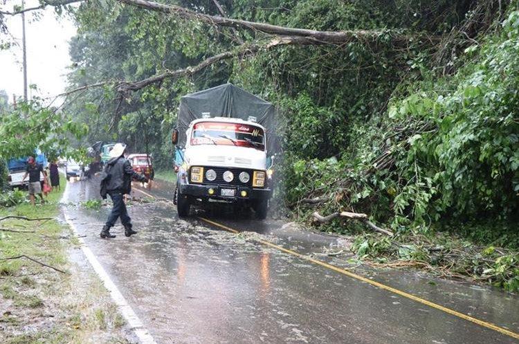 En San Marcos también se han generado problemas en carreteras. (Foto Prensa Libre: Whitmer Barrera)