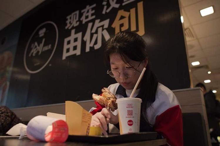 La venta forma parte de un giro en la estrategia internacional de McDonald's para hacer frente a la caída de ventas. (Foto Prensa Libre: AFP)
