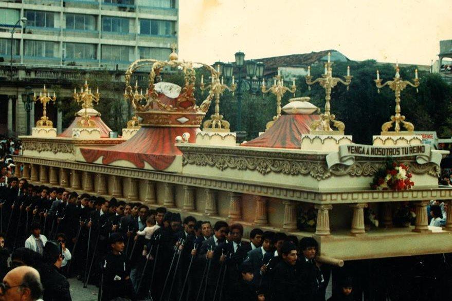 Anda procesional del Yacente del Calvario a su paso por la Catedral Metropolitana el día de su consagración en 1989. (Foto Prensa Libre: Cortesía Carlos Menocal)