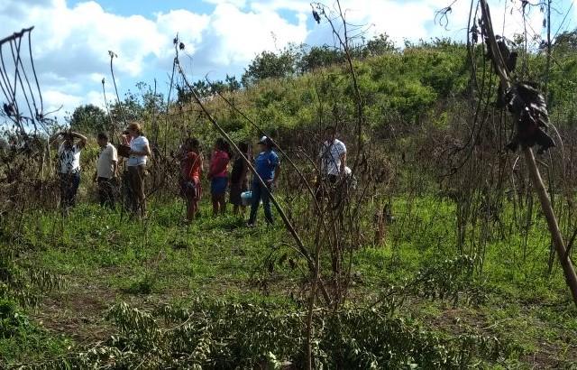 Área donde fueron localizados los cadáveres de un hombre y sus dos hijastros en La Libertad, Petén. (Foto Prensa Libre: Rigoberto Escobar).