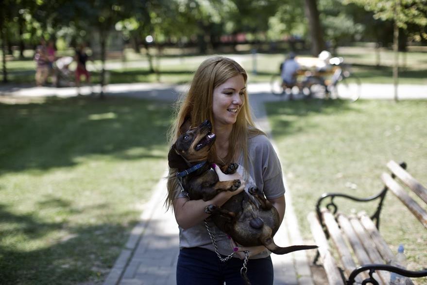 Biljana Ilic, la dueña de Leo, el perro que salvó la vida de una niña de 10 años y por ello murió. (Foto Prensa Libre: AP).