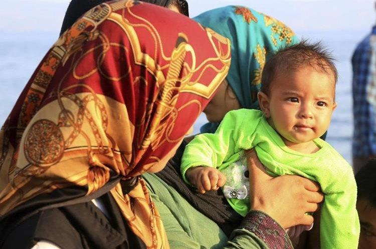 MANOL07 ISLA LESBOS (GRECIA) 10/08/2015.- Inmigrantes a su llegada a Skala Sykaminas en la isla de Lesbos (Grecia) ayer 9 de agosto de 2015. La Comisión Europea (CE) ha aprobado 23 programas plurianuales por unos 2.400 millones de euros para apoyar a los países en su gestión de la presión migratoria, entre ellos España, que recibirá 259,7 millones de euros de un fondo de asilo y otros 262,1 millones de un fondo de seguridad interior. Grecia por su parte, adonde han llegado cerca de 50.000 inmigrantes durante el pasado mes de julio, cifra récord superior a la registrada en todo el año 2014, recibirá en total a lo largo del periodo presupuestario 259,3 millones de euros en recursos del AMIF y 214,8 millones del FSI. EFE/Manolis Lagoutaris