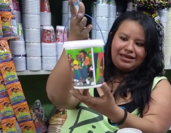 Velásquez muestra una alcancilla, la cual es una de las opciones para elaborar las sorpresas que se entregan a los niños en las piñatas. (Foto Prensa Libre: Pablo Juárez Andrino)