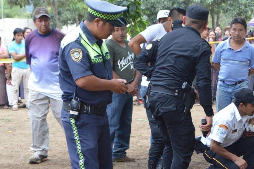 Curiosos observan el cadáver del menor, en Santiago Atitlán. (Foto Prensa Libre: Ángel Julajuj).