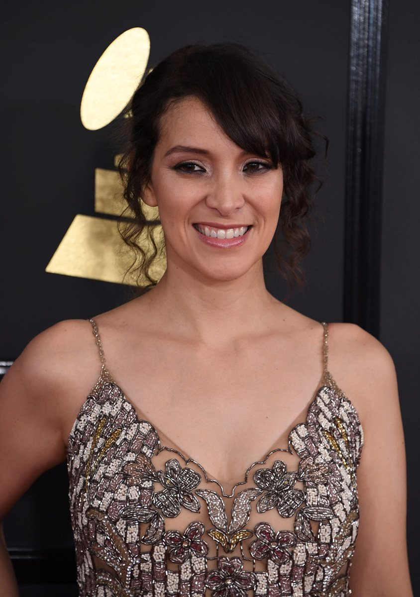 La cantante Gaby Moreno llega a la alfombra roja de la edición 59 de los Grammy. (Foto Prensa Libre: AFP).