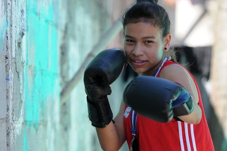 Évelyn López ha inspirado a su comunidad y ha desafiado los esquemas, con practicar el boxeo, un deporte poco común entre las mujeres. (Foto Prensa Libre: Jeniffer Gómez)