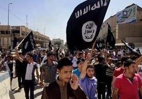 Manifestantes entonan consignas a favor del Estado Islámico en Mosul, Irak.(AFP).