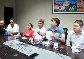 Julio Díaz, representante de la sociedad civil en el Codede, sostiene la carta que muestra el supuesto respaldo que le habrían ofrecido a la gobernadora Claudia Ávila. (Foto Prensa Libre: Carlos Ventura)