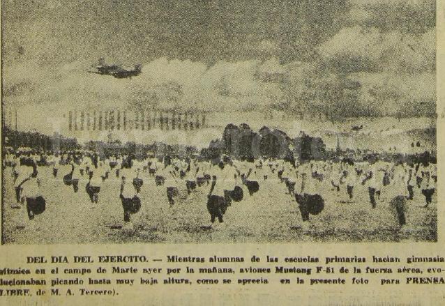 Maniobras aéreas durante el desfile militar del 30 de junio de 1961. (Foto: Hemeroteca PL)