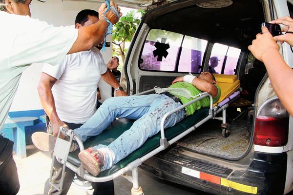 Los heridos  son ingresados en  la emergencia del Hospital Regional de Retalhuleu por Bomberos Voluntarios de Champerico. (Foto Prensa Libre: Rolando Miranda)