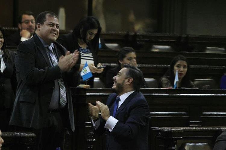 El jefe de la bancada de FCN Nación, Javier Hernández, celebra el resultado de la primera votación a favor del presidente Jimmy Morales. (Foto Prensa Libre: Carlos Hernández)