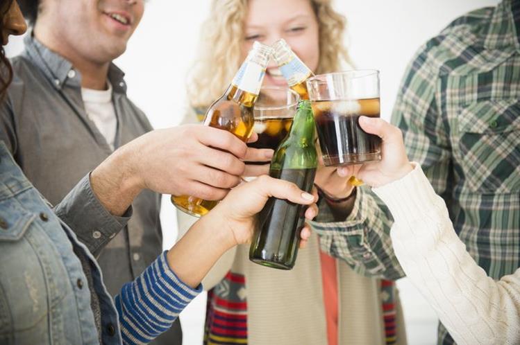 Los investigadores descubrieron que un mayor consumo de alcohol durante el período de estudio de 30 años se asoció con un mayor riesgo de atrofia del hipocampo.