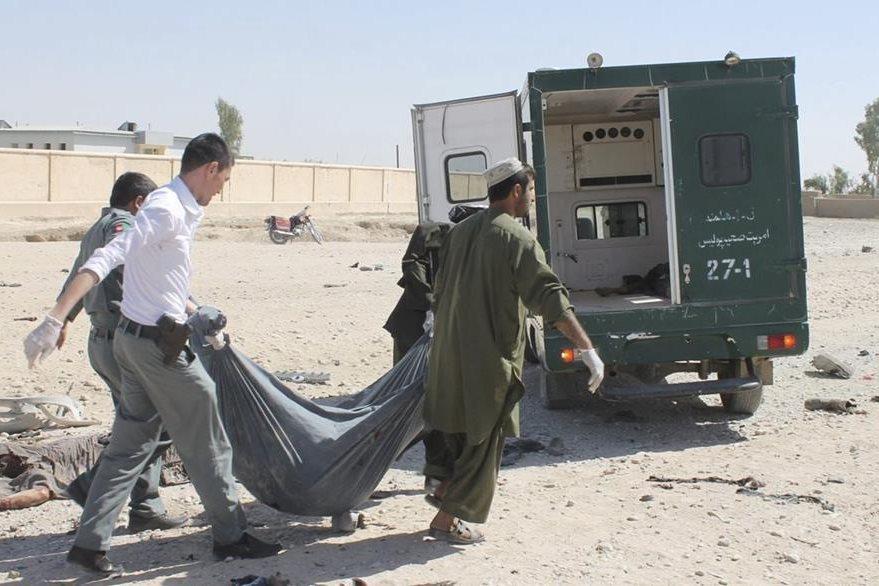 Agentes afganos retiran el cuerpo de uno de los supuestos militantes talibanes responsables del atentado suicida. (Foto Prensa Libre: EFE).