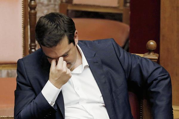 El primer ministro griego, Alexis Tsipras, muestra el cansancio luego de una reunión hoy en el Parlamento de Grecia.