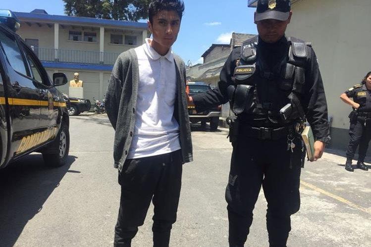 Rony David Cifuentes, de 18 años, fue detenido por el piloto y ayudante de un bus en la zona 1, después de supuestamente haber disparado. Se presume que integra una banda de asaltantes. (Foto Prensa Libre: Glenda Sánchez)