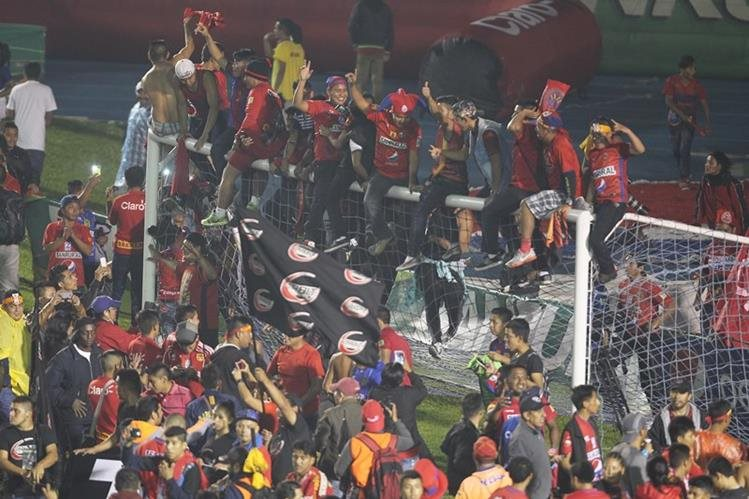 Los fanáticos rojos destruyeron las dos porterías del estadio Doroteo Guamuch Flores. (Foto Prensa Libre: Hemeroteca PL)