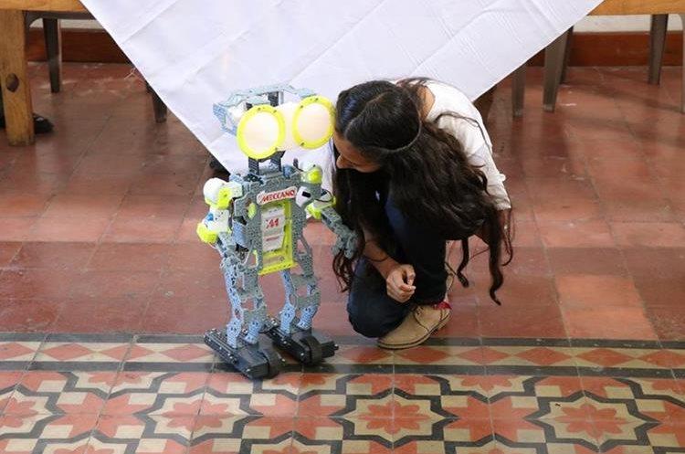 Recinos asegura que sus juguetes preferidos son los robots. (Foto Prensa Libre: María Longo)