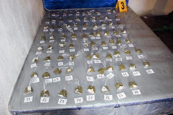 En el inmueble, las autoridades policiales de Escuintla localizaron 78 bolsas con marihuana y una motocicleta robada y una escopeta. (Foto Prensa Libre: Carlos Paredes)