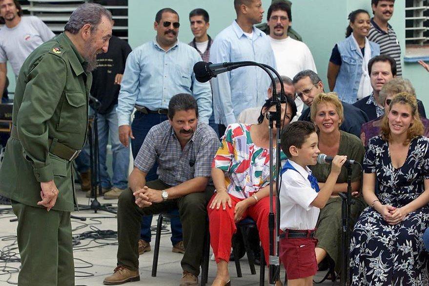 Foto del año 2000 que muestra a Fidel Castro (izquierda) mientras observa a Elián González quien habla al micrófono. (Foto Prensa Libre: AFP).