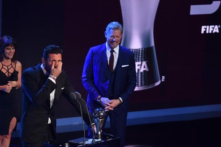 El portero italiano Gianluigi Buffon ganó el premio The Best al mejor de la temporada 2016-2017. (Foto Prensa Libre: AFP)