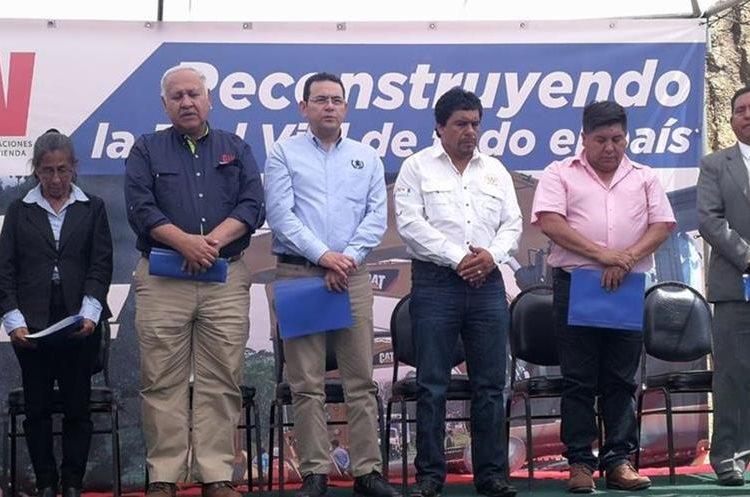El presidente dijo que han reducido costos de construcción de carreteras entre 30 y 50 por ciento. (Foto Prensa Libre: Estuardo Paredes)