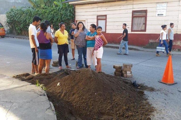 Grupo de vecinos permanece junto a una de las llaves de paso de agua. (Foto Prensa Libre: Alexánder Coyoy).