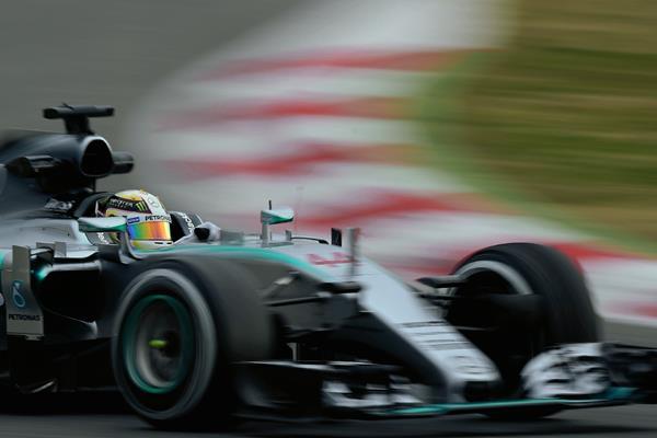 Lewis Hamilton (Mercedes), en acción durante los entrenamientos en Montmeló. (Foto Prensa Libre: AP).