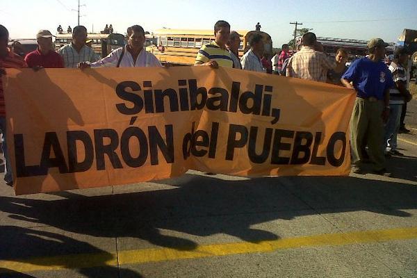 """<p>Los manifestantes cuestionan al Ministro de Comunicaciones Alejandro Sinibaldi. (Foto Prensa Libre: Carlos Paredes)<br _mce_bogus=""""1""""></p>"""
