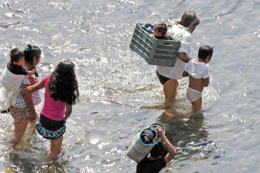 Muchos menores cruzan el río Suchiate, en la frontera entre Guatemala y México, en su viaje hacia Estados Unidos. (Foto Prensa Libre: Hemeroteca PL).