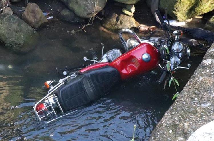La moto de José Barreno Aguilar queda en el río, en San Antonio, Suchitepéquez. (Foto Prensa Libre: Cristian Soto)